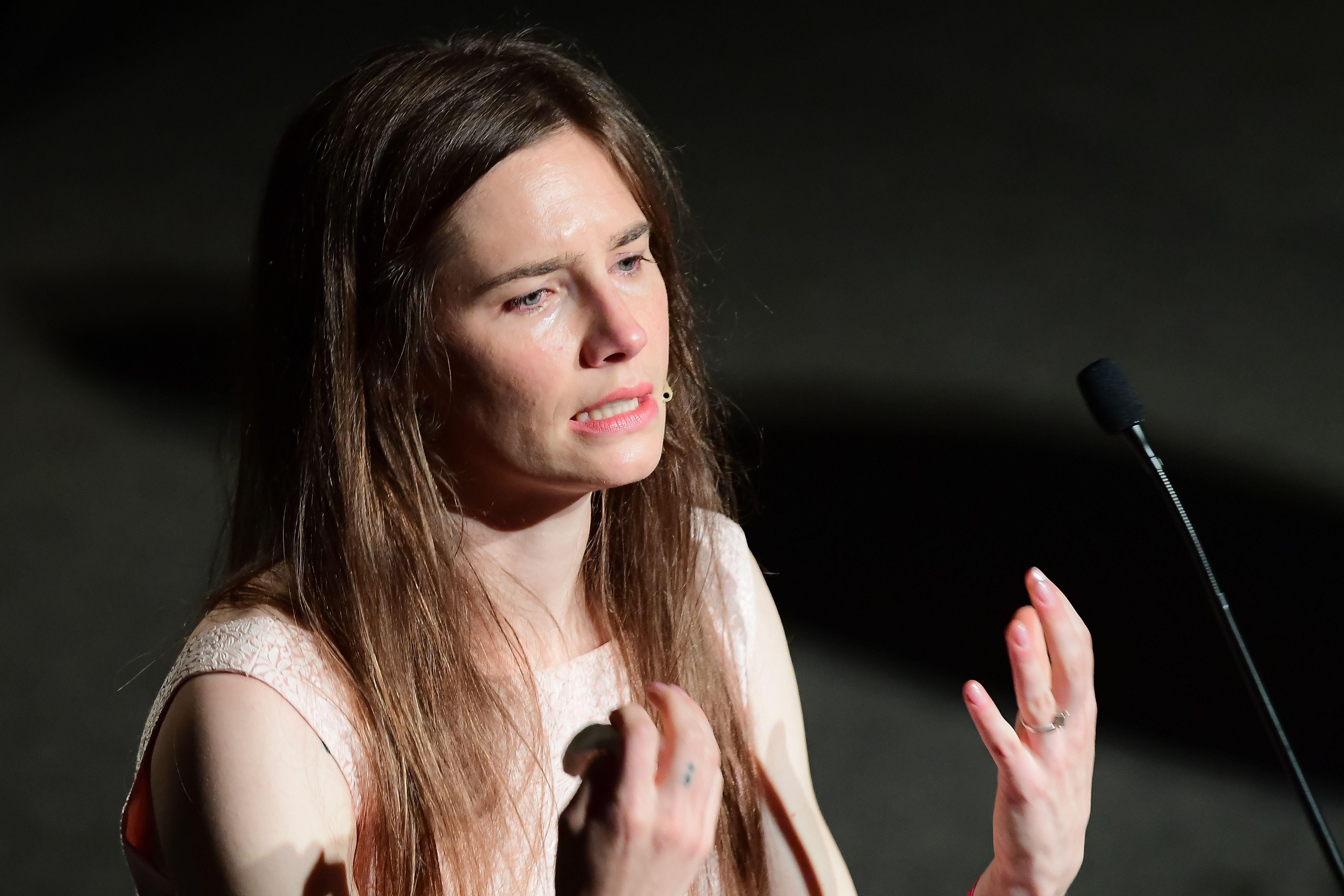 Amanda Knox piange a Modena: «La gente crede che sia pazza. Rudy Guede ha violentato e ucciso Meredith»