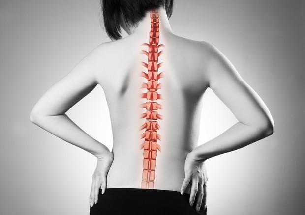 Smartphone, allarme ortopedici: +700% danni alla colonna vertebrale dei bimbi delle medie