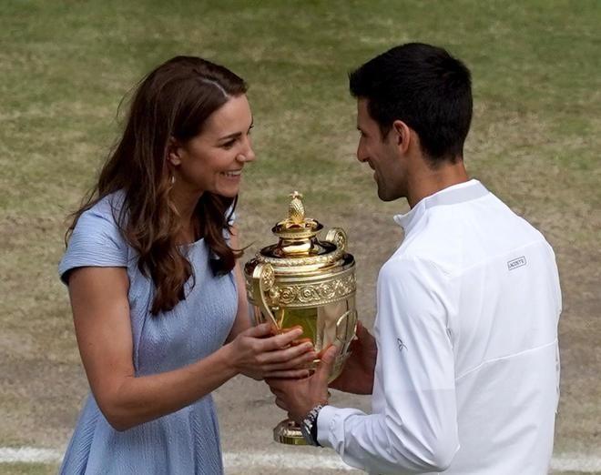 Kate Middleton premia Djokovic a Wimbledon e consola Federer con una carezza