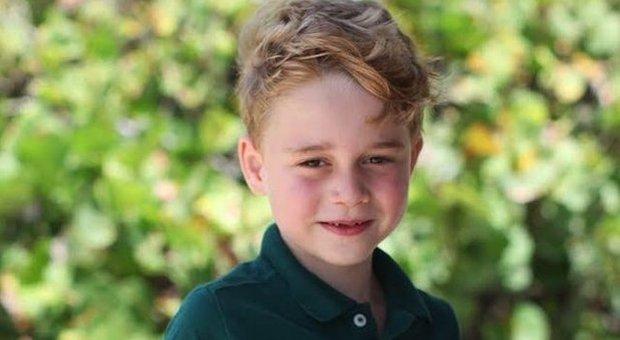 Baby George per i suoi 6 anni indossa una polo H&M da 6 euro: il principino è già influencer