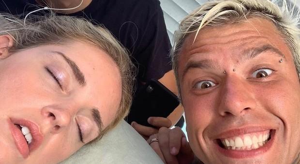 Chiara Ferragni, lo scherzo di Fedez: «Chi dorme si piglia selfie». I fan in ansia: «Facci sapere che sei ancora vivo»