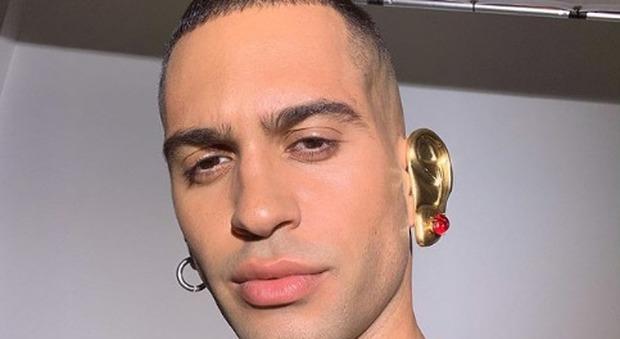 Mahmood ha un orecchio finto, d'oro