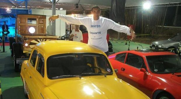 Denis, l'uomo troppo alto per poter guidare: «I miei 2 metri e 30 mi impediscono di avere la patente»