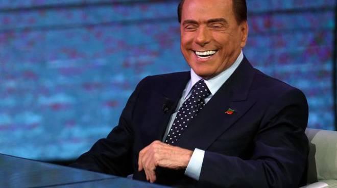 Muore a 88 anni e lascia la sua eredità a Silvio Berlusconi: «Un patrimonio di 3 milioni di euro». Poi si scopre che è una bufala