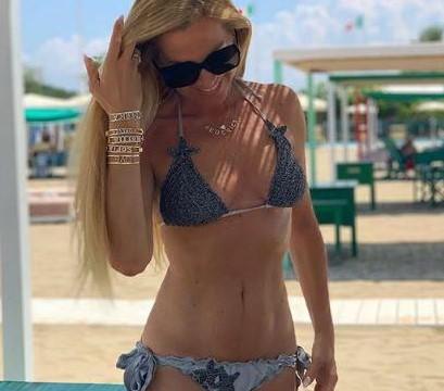 Federica Panicucci inaugura l?estate con un bikini mozzafiato