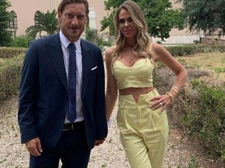 Francesco Totti e Ilary Blasi al matrimonio della sorella di lei. Ma i fan notano un dettaglio: «Orribile»