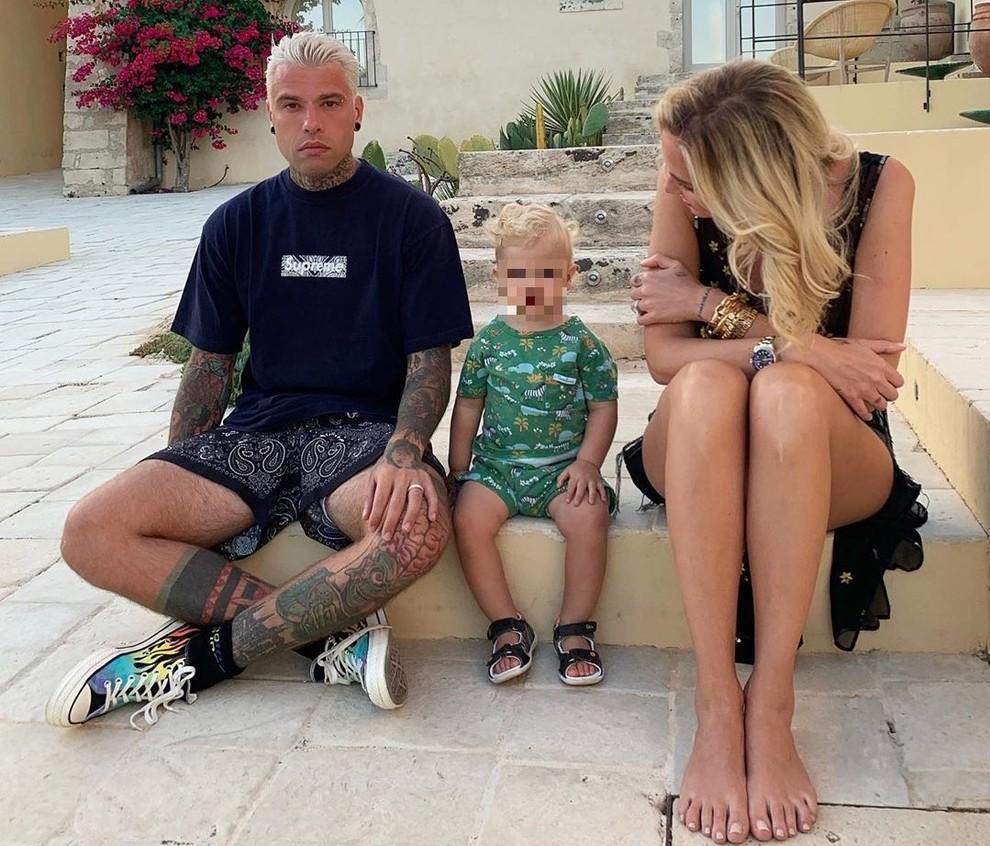 Chiara Ferragni, il piccolo Leone insultato: «Sei un down come tuo padre». Fedez risponde, poi l'imprevisto