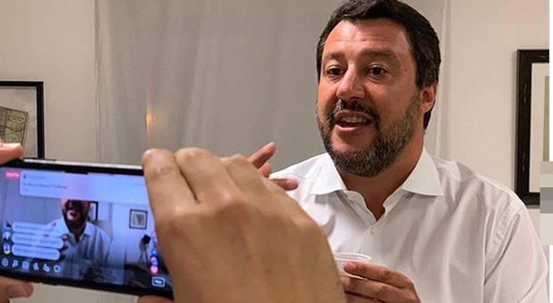 Live Non è la D'Urso, scontro fra Matteo Salvini e Asia Argento: «Mi hai dato della m...., amici come prima...»