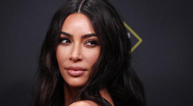 Passaporto falso con la faccia di Kim Kardashian: turista nei guai