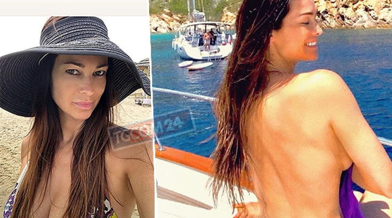 Manuela Arcuri, mamma sexy in Sardegna con la famiglia