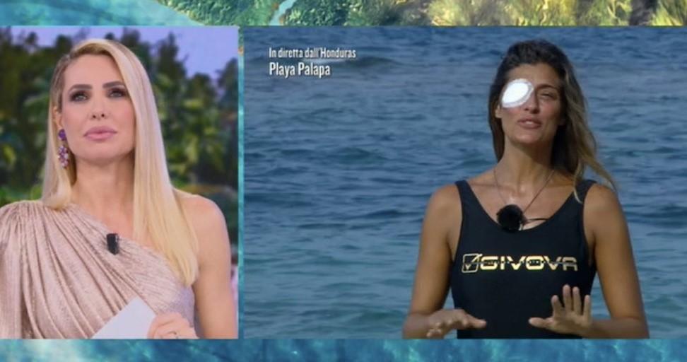 Elisa Isoardi si fa male all'occhio e abbandona l'Isola: «Purtroppo devo tornare in Italia»