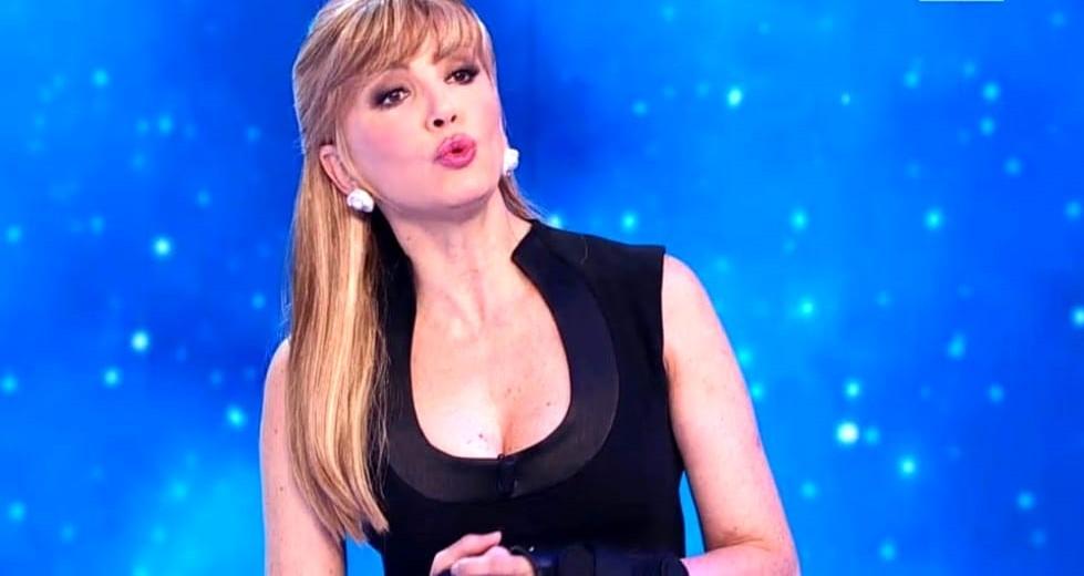 Milly Carlucci choc, spunta un messaggio sessuale sull'account di Ballando con le Stelle. Lei va fuori di sé: «Andrò fino in fondo»