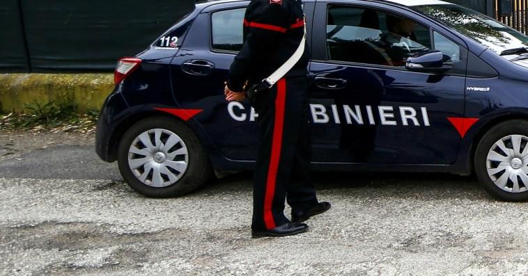 Parte colpo di fucile: padre uccide la figlia 15enne davanti ai parenti