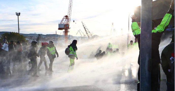 Trieste, No Pass sgomberati al porto. Sui manifestanti lacrimogeni e idranti. Ferito un agente. Salvini e Meloni: sono pacifici