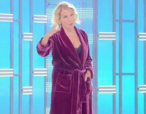 Barbara D'Urso in vestaglia e sottoveste a domenica live.