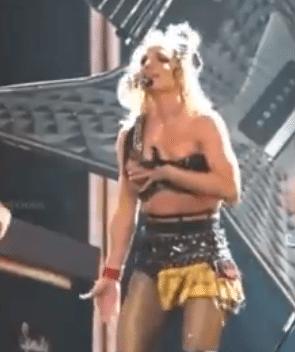 Britney Spears: il reggiseno si slaccia sul palco,lo sistema il ballerino