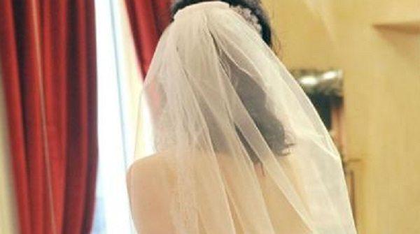 Vede la moglie per la prima volta senza trucco e chiede il divorzio