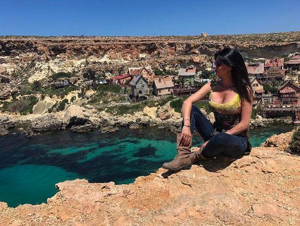 Laura Torrisi a Malta, décolleté incontenibile