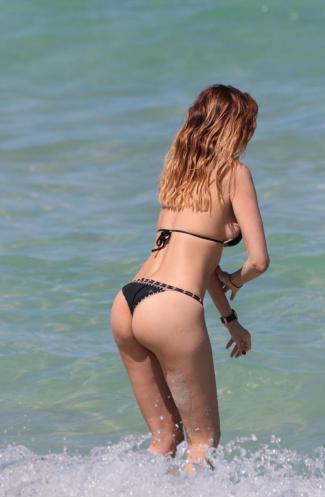 Bik ini mozzafiato per Aida Yespica, in spiaggia a Miami