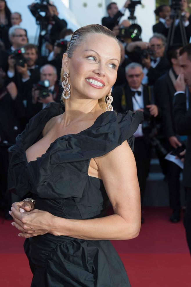 Pamela Anderson irriconoscibile a Cannes.