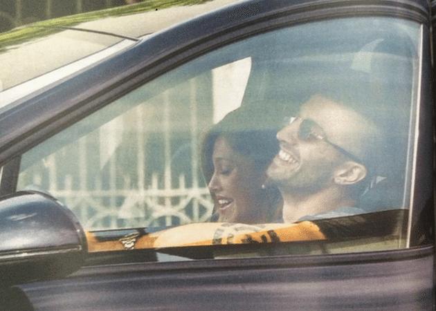 Belen Rodriguez e Andrea Iannone, passeggiata in auto e incontro con l'ex gieffina