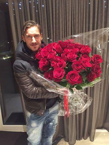 """""""Grazie mille Diego"""": Maradona manda le rose a Totti, lui risponde su Facebook"""