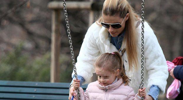 Michelle Hunziker, giornata al parco con la figlia Sole e i cagnolini Lilly e Leone