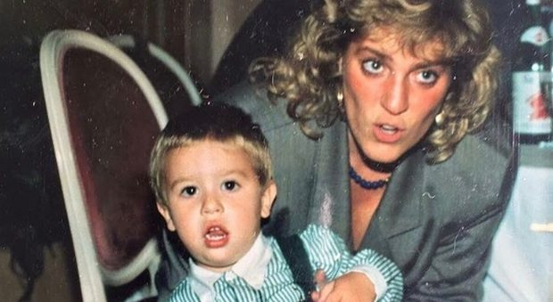 """Fedez e la foto con la madre, i fan in delirio: """"È uguale a Lady D."""""""