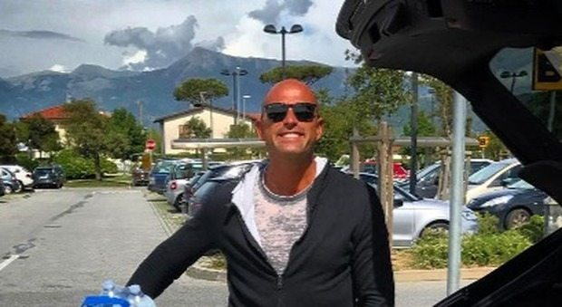 Bettarini: 'Amo fare la spesa da solo', ma i fan replicano: 'Chi ti fa le foto?'