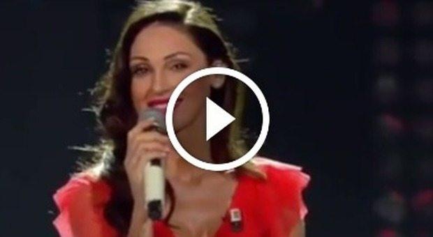 Anna Tatangelo canta 'Il cielo in una stanza'. I fan: