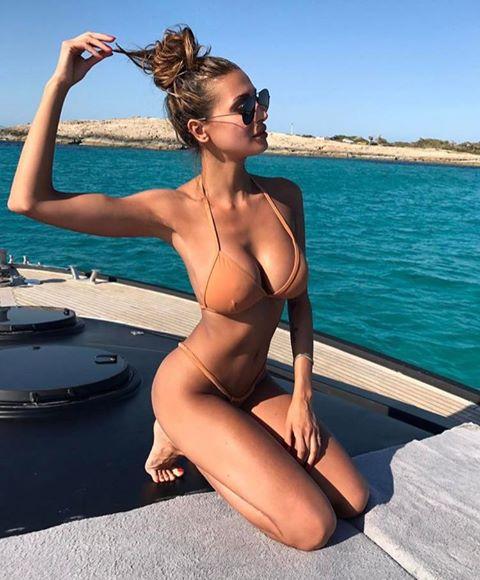 Cristina Buccino super hot, il seno straborda dal microbikini