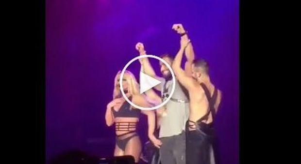 Britney Spears presenta il fidanzato 23enne: guinzaglio e palpatine hot sul palco