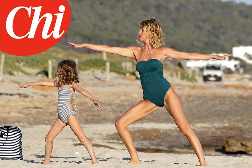 Alessia Marcuzzi, yoga con la figlia a Formentera