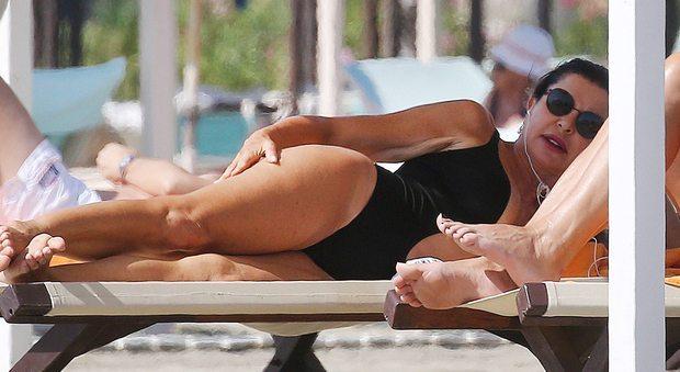 Alba Parietti, fisico al top a 56 anni al sole della Versilia