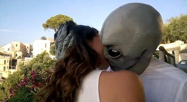 A Napoli lo strano caso dell'alieno che approccia le ragazze: ecco chi è