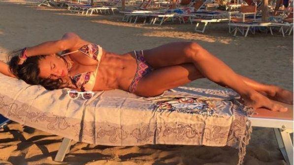 Elena D?Amario in bikini mostra i muscoli