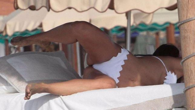 Claudia Galanti, acrobazie erotiche in spiaggia