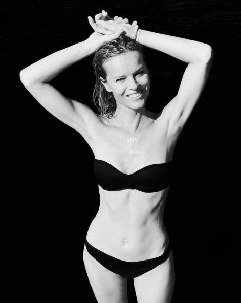 Eva Herzigova in bikini, dov?è il décolleté di 23 anni fa?