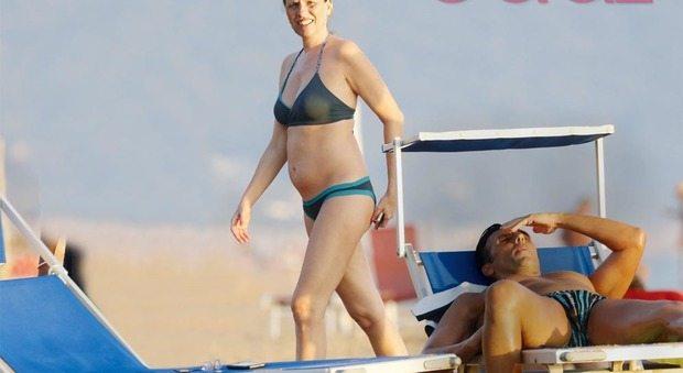 Laura Freddi incinta, eccola col pancino in spiaggia a Sabaudia