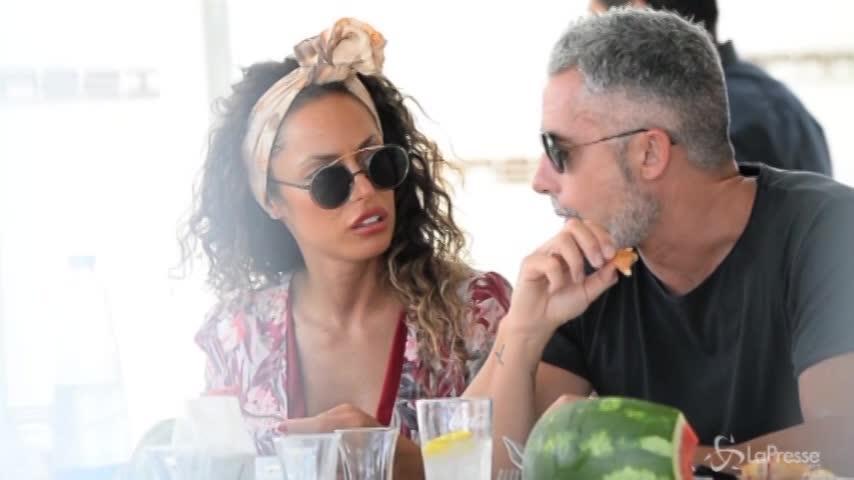 Una sexy Raffaella Fico a pranzo con il fidanzato Alessandro Moggi