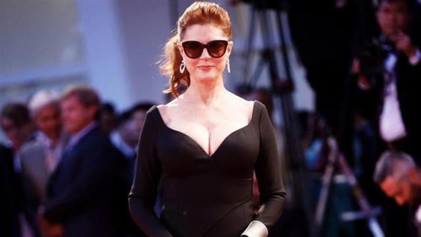 Susan Sarandon, fisico perfetto e curve mozzafiato: a 71 anni sfila sul red carpet di Venezia e lascia di stucco