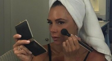 Victoria Beckham, il capezzolo sfugge alla censura: la foto scandalo