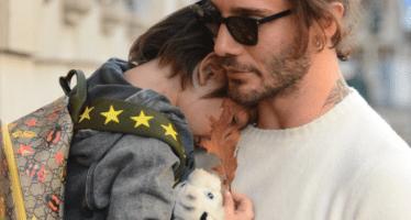 Stefano De Martino tenero papà: il figlio Santiago gli si addormenta sulla spalla