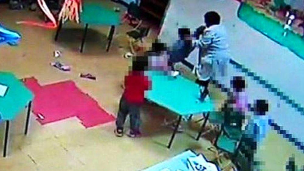 Picchiava e maltrattava i bambini: in manette maestra dell'asilo nido