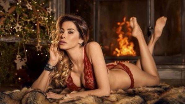 Aida Yespica, accende il Natale in lingerie rossa