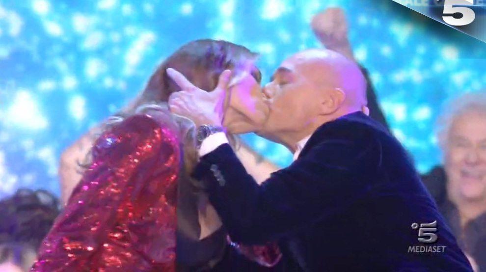Grande Fratello Vip, nella finale piovono baci: ed è solo l'inizio