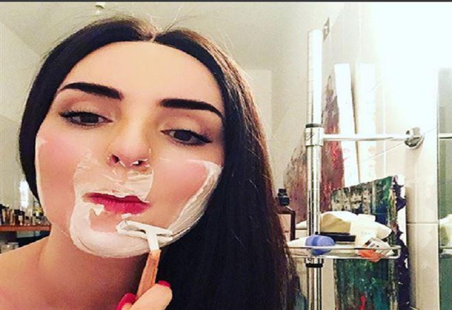 Arisa si fa la barba