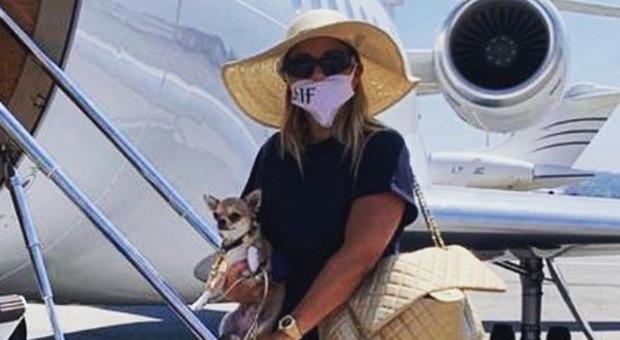 Sonia Bruganelli in partenza per le vacanze col jet privato. I fan notano un dettaglio: «Che brutta...»
