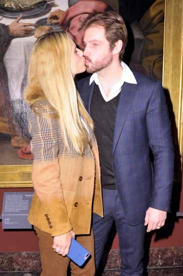Michelle Hunziker e Tomaso Trussardi, i baci vanno di moda alla Milano fashion week