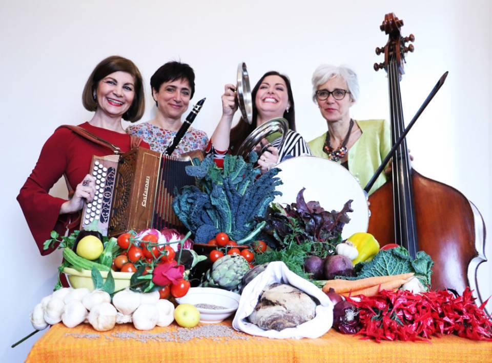 Raccomandatissimo Cagliari La Banda della Ricetta  Donne in grembiule armate di strumenti musicali in concerto